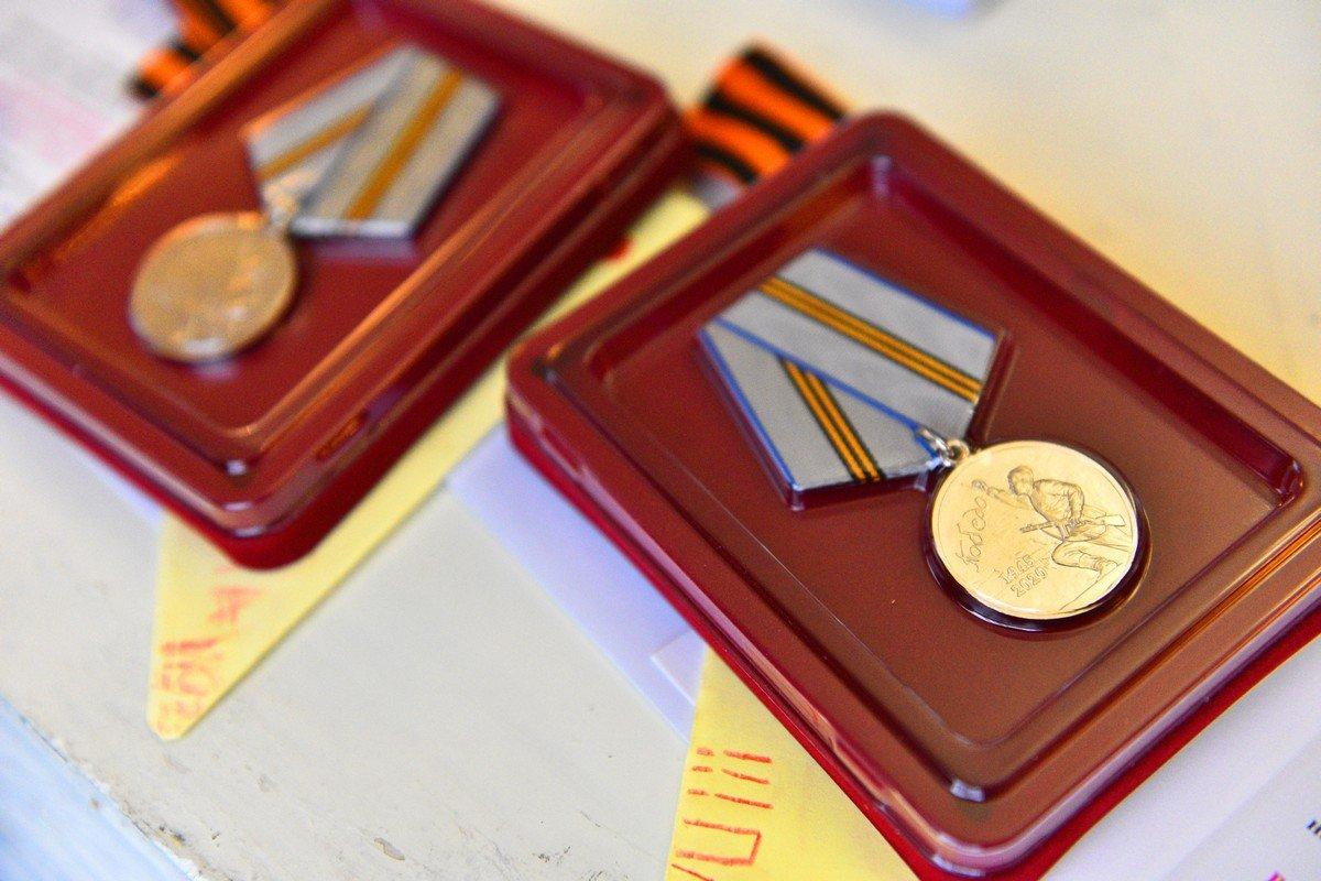 картинки к вручению медали глядит главный вход